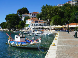 Skiathos stad vissersboot in de oude haven