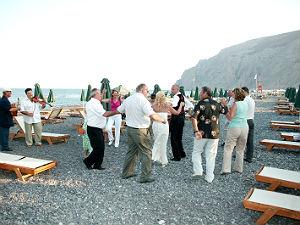 Trouwen op Santorini dansen op het strand van Kamari
