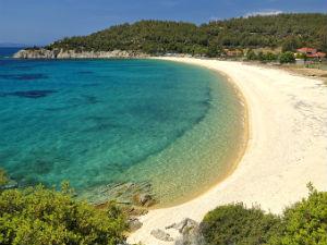 Strand in juli op vakantie in Griekenland