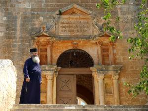 Monnik bij ingang Agia Triada klooster Kreta