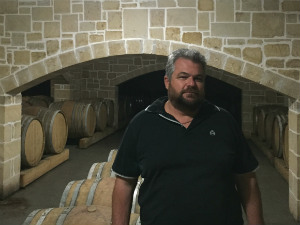 Antonis Pnevmatikakis in zijn wijnkelder op Kreta
