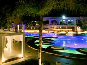 Grecotel Caramel Boutique Hotel het zwembad met verlichting