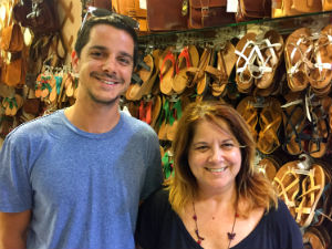 Leren sandalen en slippers uit Griekenland Yorgos Simatis en zijn moeder