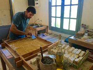 Olijfzeep workshop van Nicosia Roda op Corfu