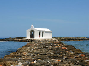 Toeristen in kerkje op Kreta Griekenland