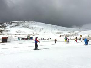 Skiën op de pistes van Kaimaktsalan in Griekenland
