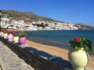 Batsi op Andros strand en boulevard