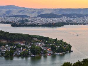 Ioannina het meer en de stad in Epirus