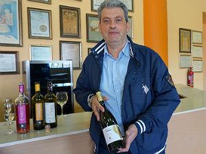 Nikos export manager CAIR in het wijnhuis op Rhodos