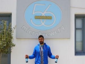 56 isles bier van de Cycladen Nikolas bij de brouwerij