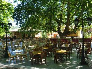 Karya vakantie het dorpsplein met terrassen