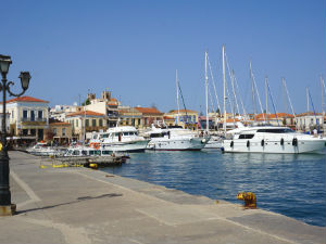 Aegina stad boulevard en haven
