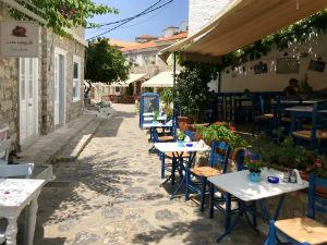 Hydra straatje met tavernes