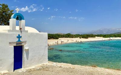 Aliko beach met kapel