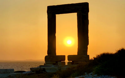 Portara zonsondergang in Naxos-stad
