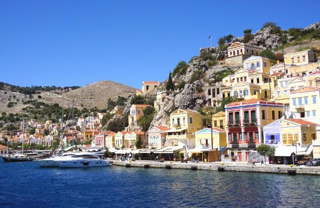 Symi stad met de haven van Gialos