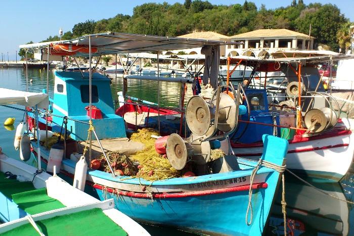 Vissersboten in de haven van Sivota